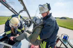 Der Pilot wird aus dem Cockpit gerettet