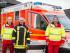 Die Promedica Mitarbeiter Klaus Lindner (li.) und Thomas Claver (re.) stehen zusammen mit dem Wehrführer der FF Busdorf vor dem Rettungswagen.